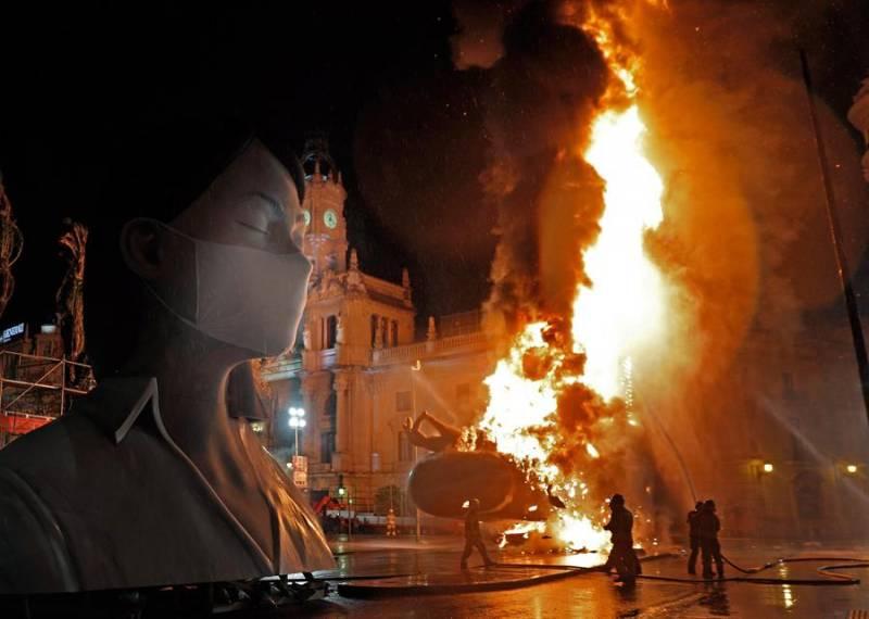 Las llamas devoran el cuerpo central de la falla municipal de València del año pasado. EFE/ Juan Carlos Cárdenas/Archivo