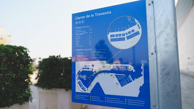 Señalética vertical en La Marina de València.