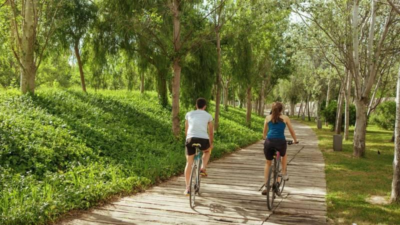 Paseando en bicicleta por el Túria. EPDA.